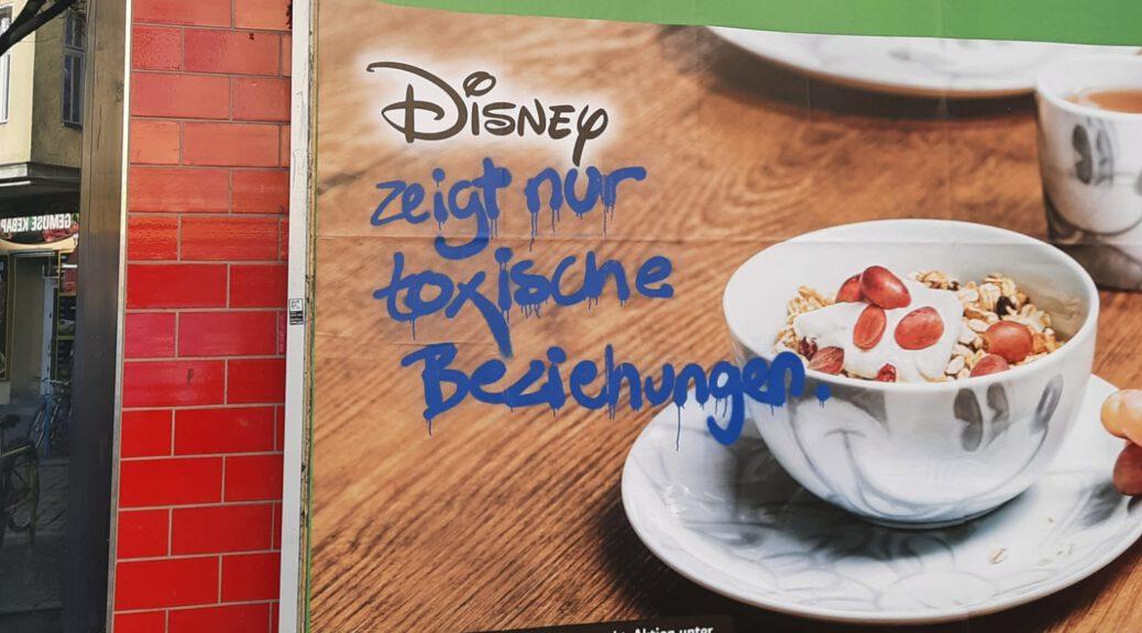 Ein Plakat von einem Supermarkt, das Disney-Prämien anpreist. Ein Graffiti schreibt: Disney zeigt nur toxische Beziehungen